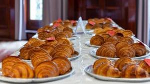 Concours du meilleur croissant 2021. Les croissants au beurre alignés sur la table attendent le jury.